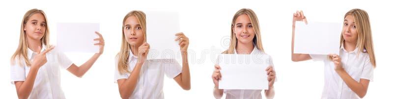 Überzeugtes Mädchen im weißen Hemd mit dem Werbeschildbrett lokalisiert lizenzfreies stockfoto