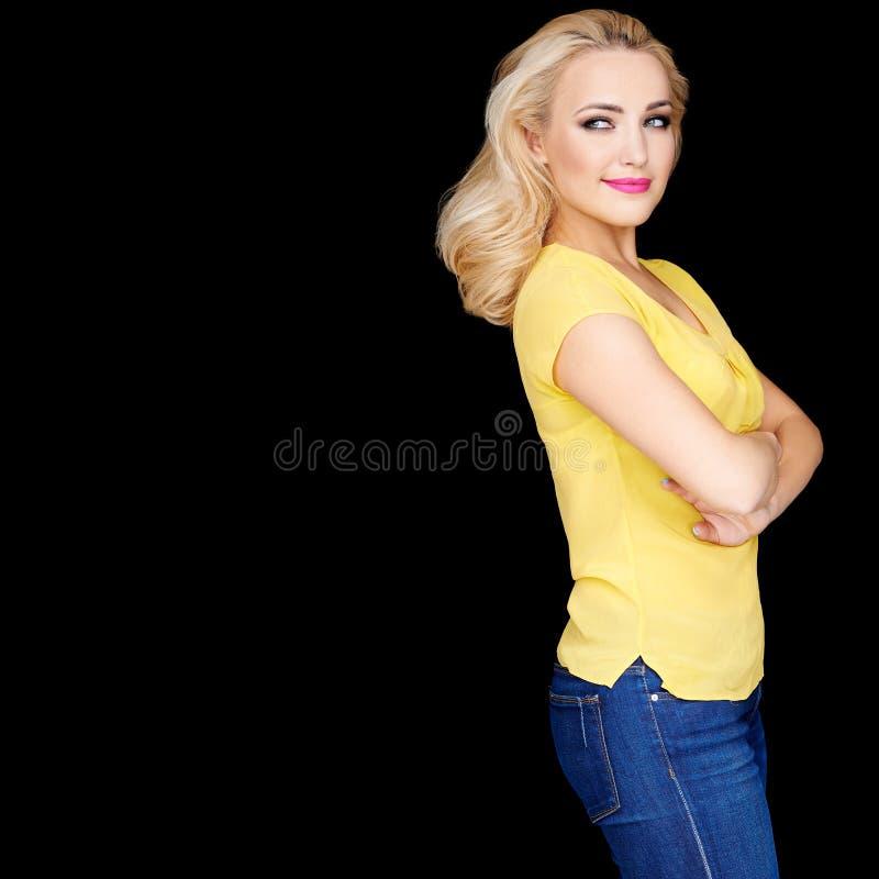 Überzeugtes schönes blondes mit den gefalteten Armen lizenzfreies stockbild