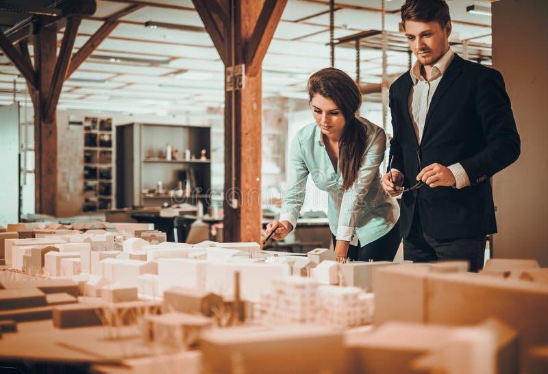 Überzeugtes Team von den Ingenieuren, die in einem Architektenstudio zusammenarbeiten lizenzfreie stockfotografie