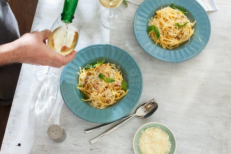 Überziehen Sie Draufsicht frischen selbst gemachten Spaghettis carbonara Weißweins stockfotos