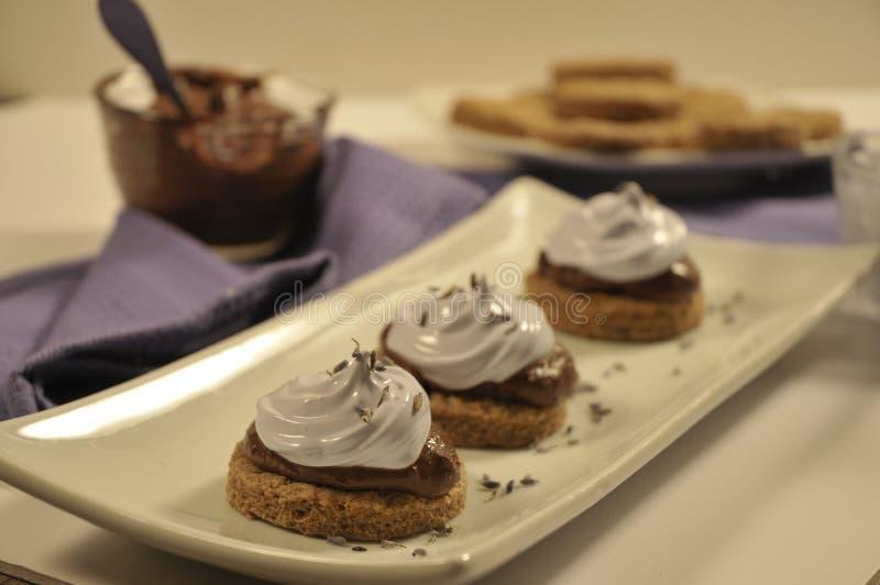 Überzogener Nachtisch mit Lavendelmeringe lizenzfreie stockfotografie