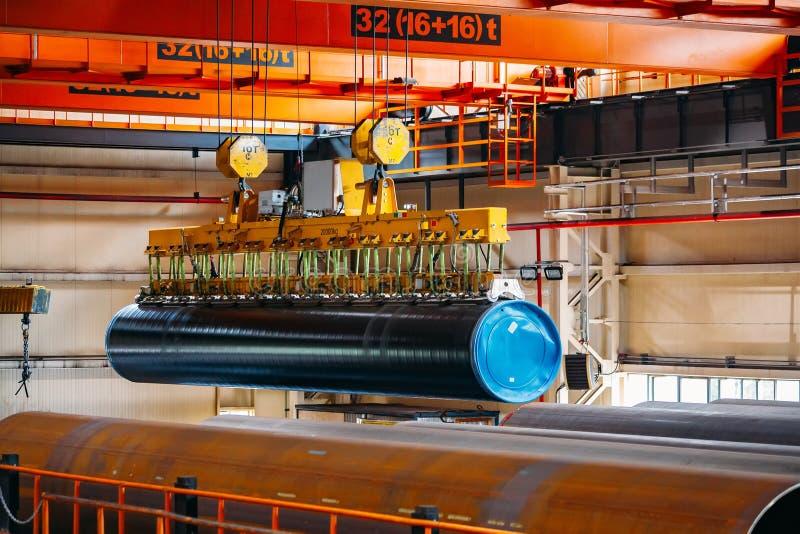 Überzogener Rohrtransport durch Laufkran mit dem Vakuum, das Greifer behandelt stockbild
