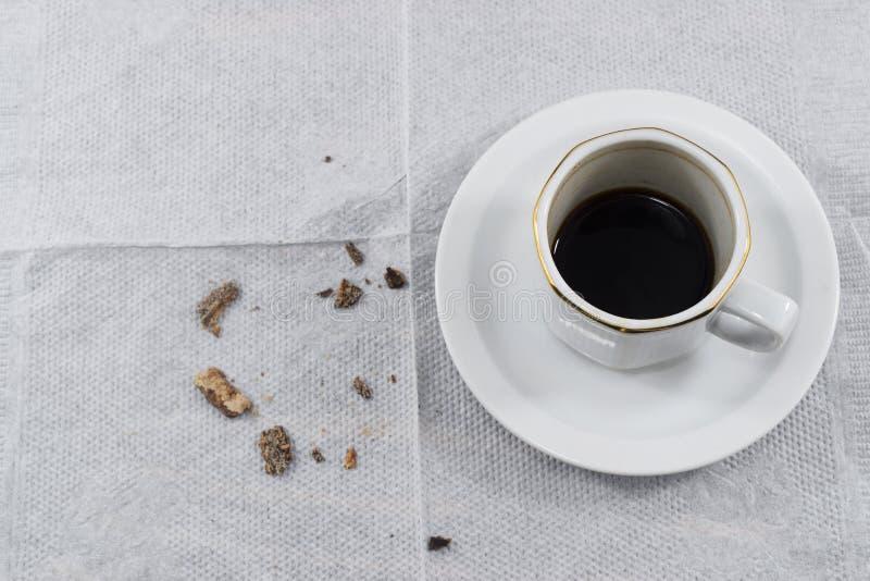 übrig gebliebener Kaffee und Krumen von den Schokoladenkeksen stockfotos