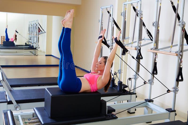 Übung des hinteren Anschlags der Pilates-Reformerfrau stockbilder