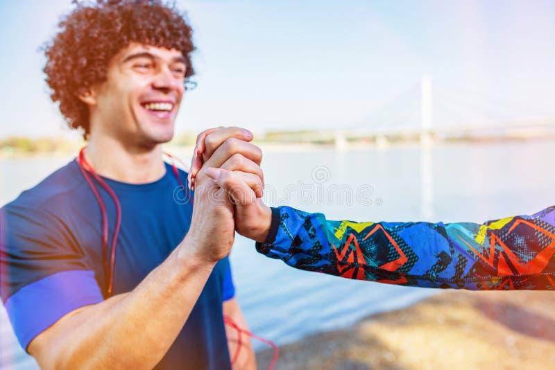 Übung - Paar, das miteinander hohe fünf nach Training gibt stockfotos