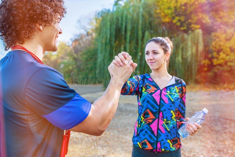 Übung - sportliches Paar, das miteinander hohe fünf nach Training gibt lizenzfreie stockfotografie