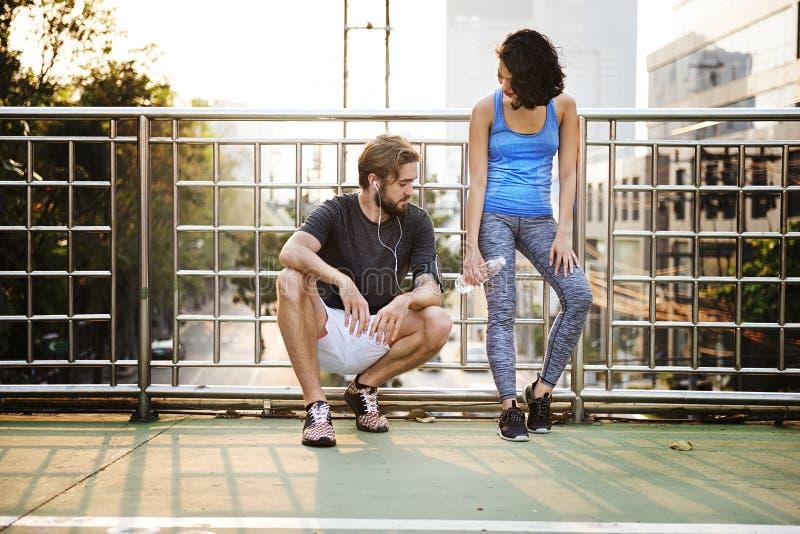 Übungs-rüttelndes laufendes Paar-Sport-Sommer-Konzept lizenzfreie stockbilder