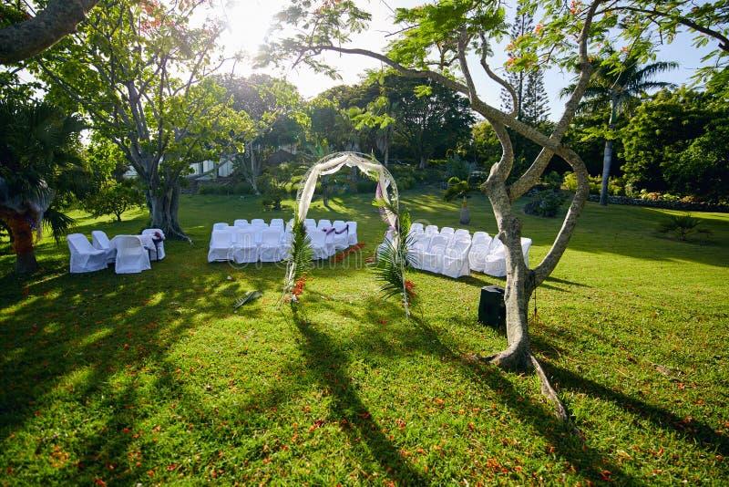 Üppige Landschaftstropische Garten-Hochzeit unter den extravaganten Bäumen lizenzfreies stockbild