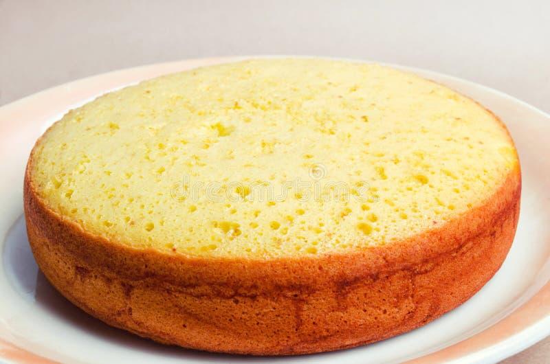 Üppiger und hoher klassischer Kekskuchen, Billet für einen Kuchen Torte, Haus stockfoto