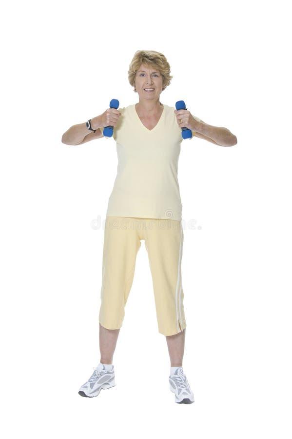 ćwiczący bezpłatnego seniora obciąża kobiety obrazy stock