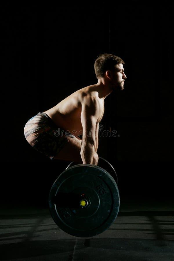 ćwiczący sprawność fizyczną jego mężczyzna odbicia szkolenia woda Mężczyzna szkolenie z barbell zdjęcie stock