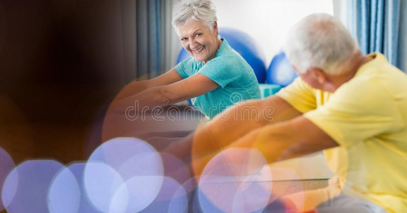ćwiczący starszego gym ludzie zdjęcie royalty free