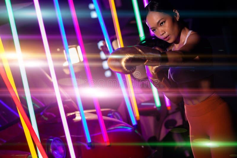 Ćwiczenia dla kobiet Bokser neon nowoczesna siłownia zdjęcia royalty free
