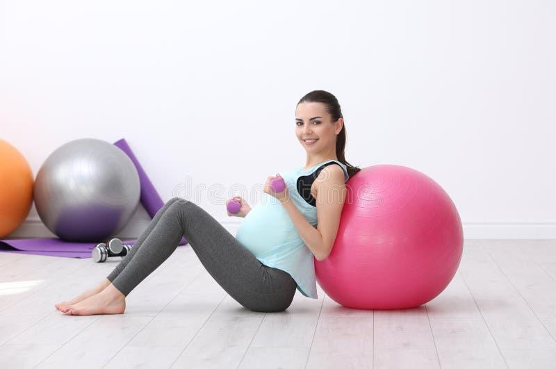 ćwiczenia piękny robi kobieta w ciąży fotografia stock