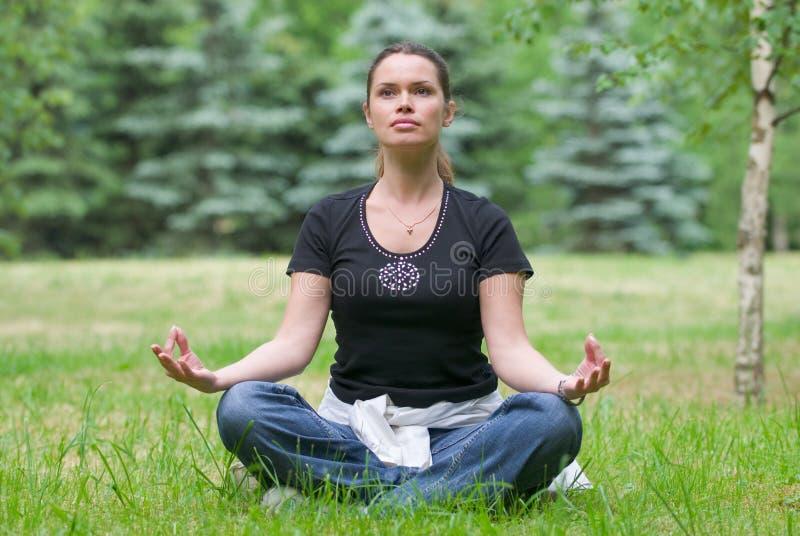 ćwiczenia rekreacyjne jogi zdjęcia royalty free