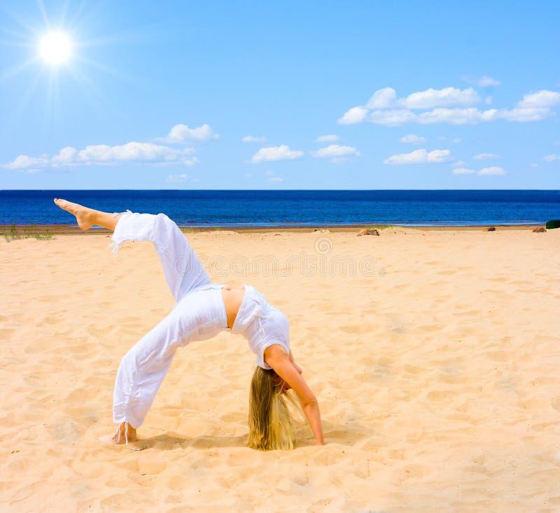 ćwiczenia słońca na plaży zdjęcie royalty free