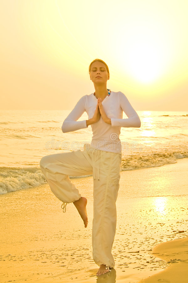 ćwiczenia złoty wschód słońca joga obraz royalty free