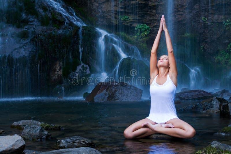 ćwiczenia zbliżać siklawy joga fotografia royalty free
