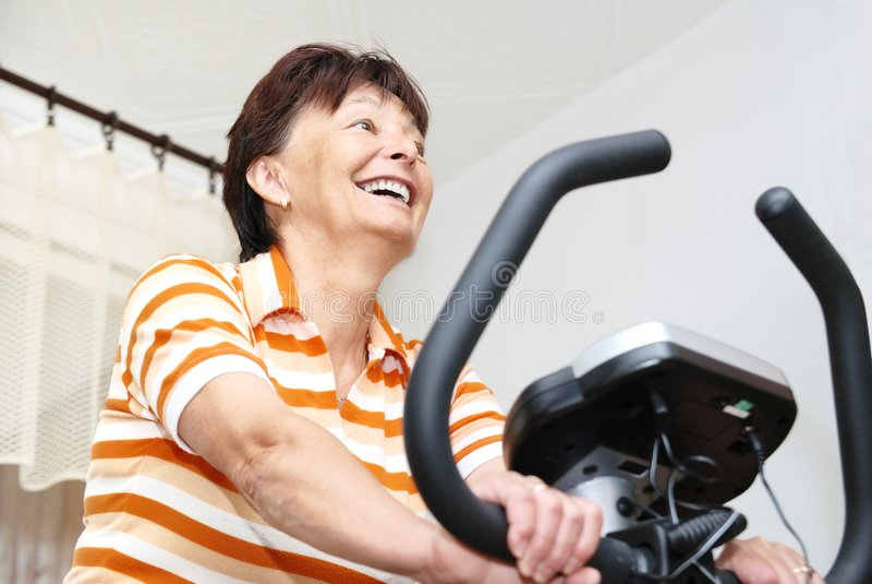ćwiczenie domowa starsza kobieta zdjęcia stock