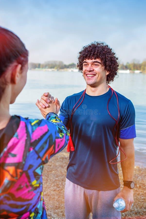 Ćwiczenie - ludzie daje wysokości pięć do siebie po treningu zdjęcie royalty free