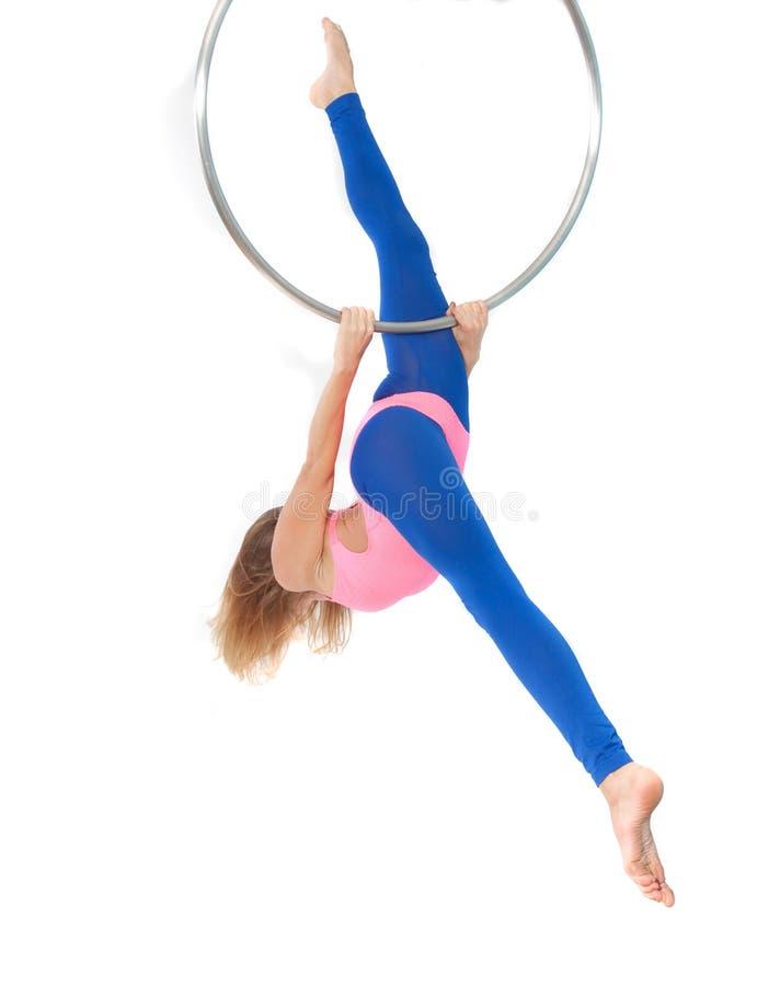 Ćwiczenie na gimnastycznym pierścionku fotografia stock
