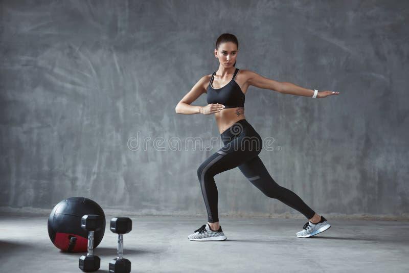 ćwiczenie Sport kobieta W mody Sportswear rozciągania nogach obrazy stock