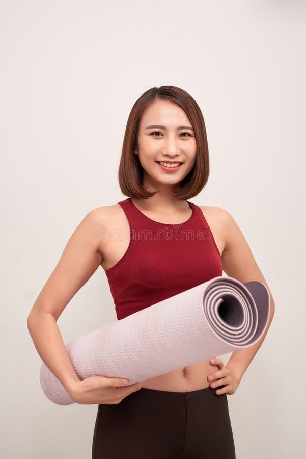 Ćwiczenie sprawności fizycznej kobieta gotowa dla treningu mienia joga trwanie maty obraz royalty free
