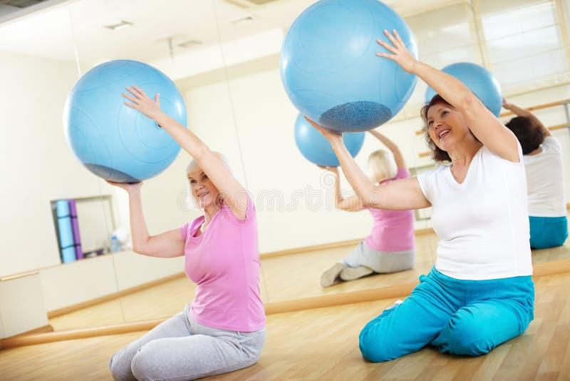 Ćwiczenie z piłkami zdjęcie royalty free