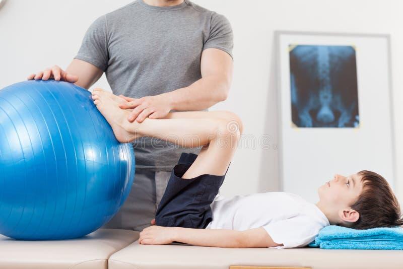 Ćwiczenie z sprawności fizycznej piłką zdjęcia stock