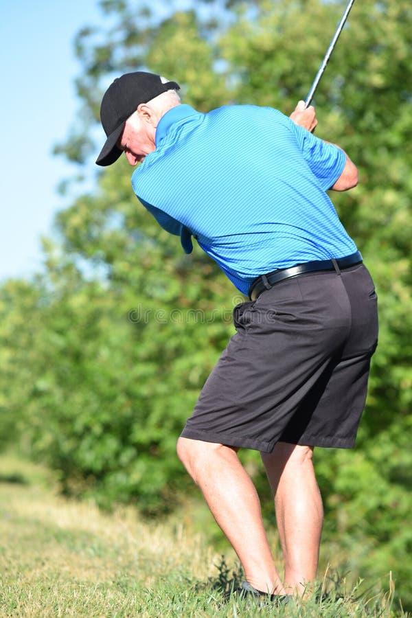 Ćwiczyć Dysponowanego Starszego Męskiego golfisty Z Golf Club chlaniem zdjęcia royalty free