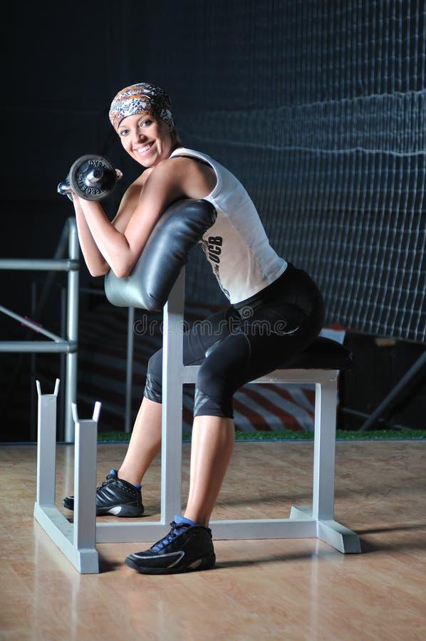 Ćwiczyć młodej kobiety działanie sprawność fizyczna i działanie zdjęcie royalty free