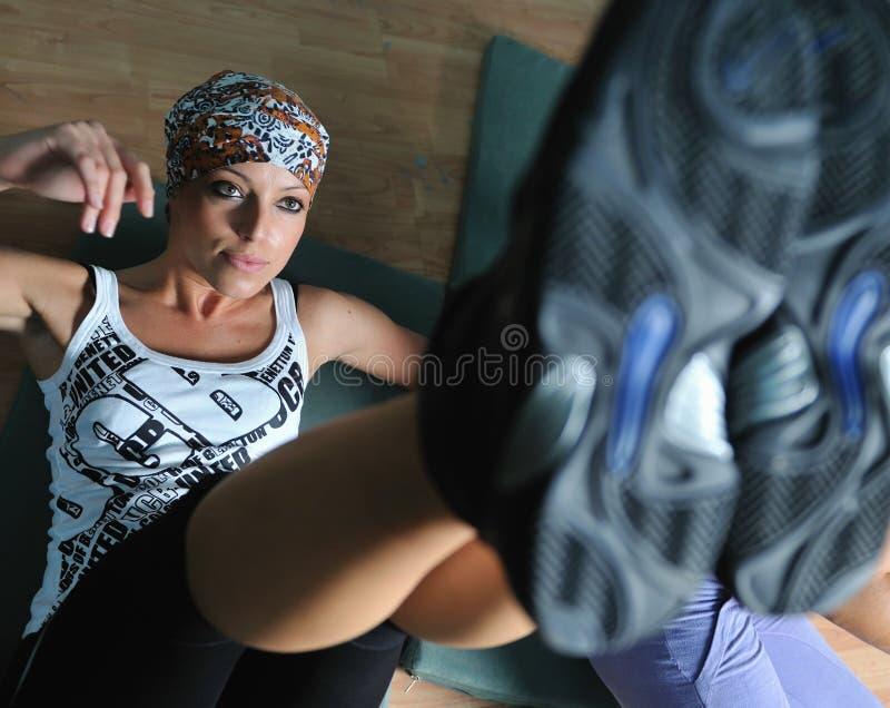 Ćwiczyć młodej kobiety działanie sprawność fizyczna i działanie obrazy royalty free