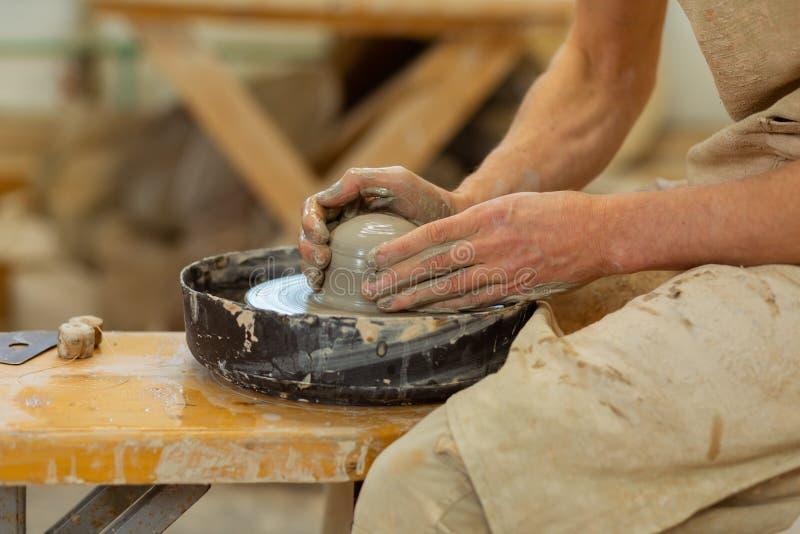 Ćwiczyć pracowity facet jest ekspertem w ceramicznym mistrzostwie zdjęcie royalty free