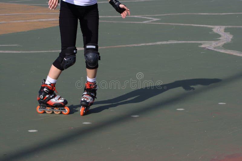 ćwiczyć rollerblade łyżwiarki slalom ciasny obrazy royalty free