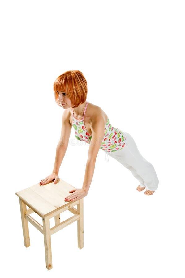 ćwiczy sprawności fizycznej dziewczyny z włosami spełniania czerwień obrazy stock