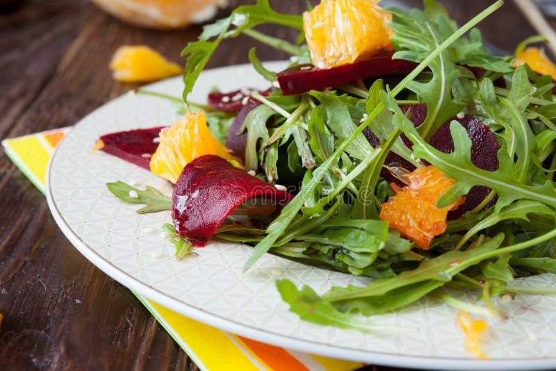 Ćwikłowa sałatka z arugula i plasterkami pomarańcze zdjęcie stock