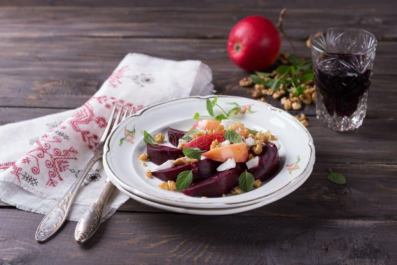 Ćwikłowa sałatka z jabłkami, orzechami włoskimi i feta serem, obrazy stock