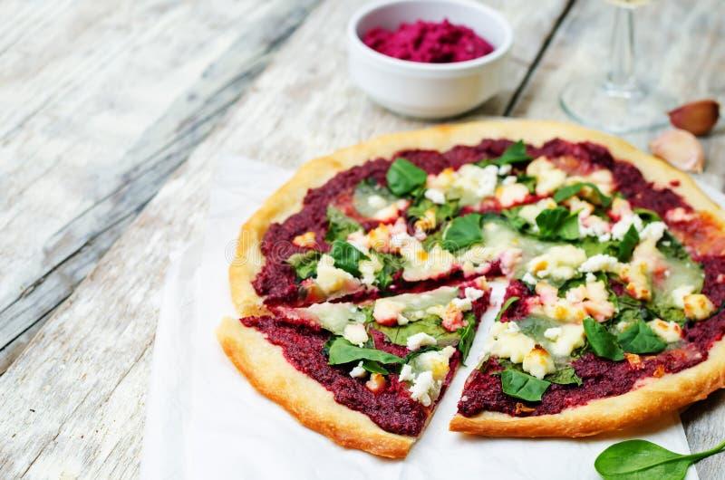 Ćwikłowego hummus szpinaka koźlia serowa pizza fotografia stock