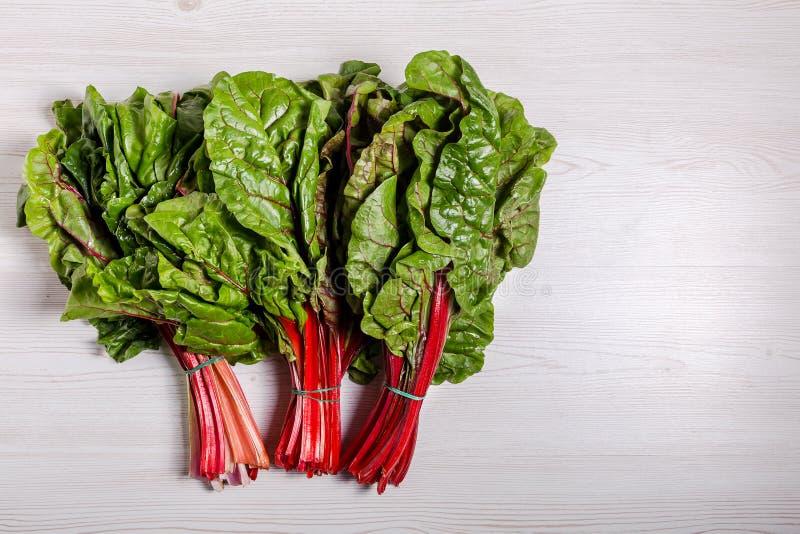 Ćwikłowych zieleni liść beetroot zasadza typicaly jedzenie dla diety biedy w sadle fotografia royalty free