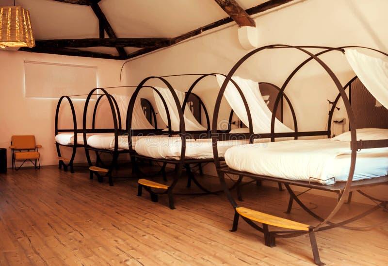 Łóżka dorm pokój schronisko sypialnia dla uczni i turystów obraz royalty free