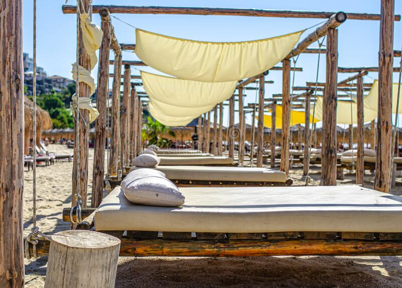 Łóżka na piaszczystej plaży morskiej dla relaksu zdjęcia stock