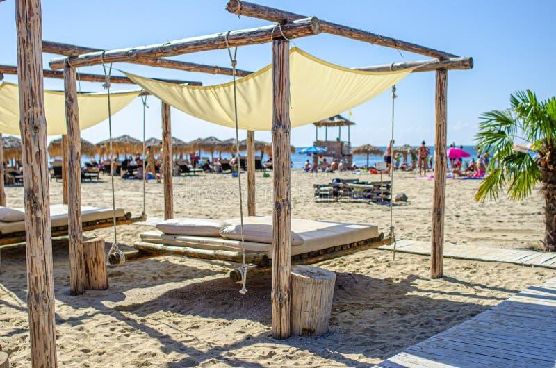 Łóżka na piaszczystej plaży morskiej dla relaksu zdjęcia royalty free
