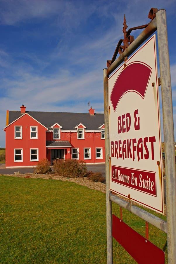 Łóżko - i - śniadaniowy Signboard i Nowożytny budynek zdjęcie royalty free