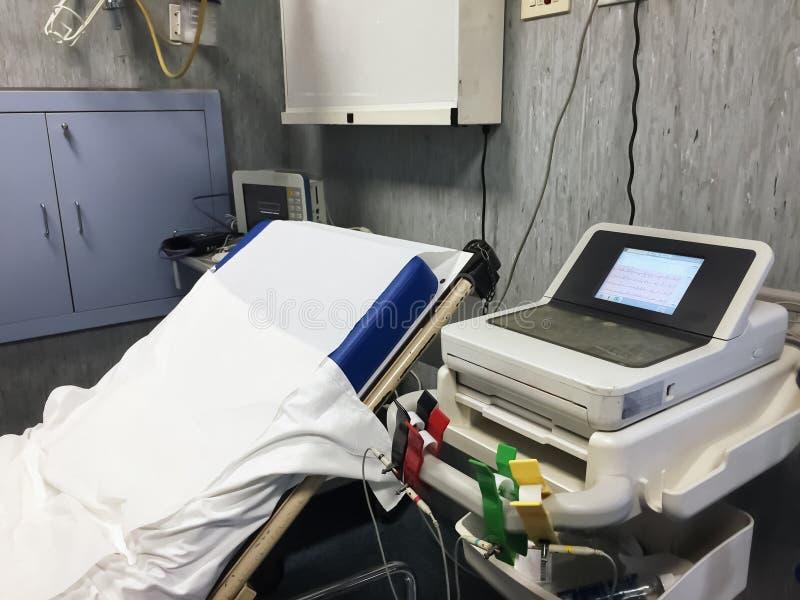 Łóżko i sprzęt medyczny w jawnej izbie pogotowia obraz royalty free