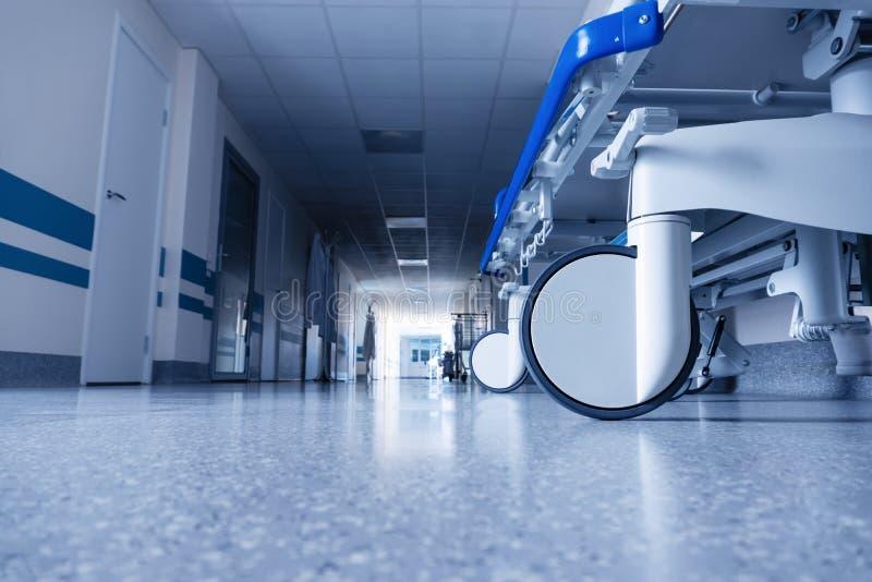 Łóżko medyczne na kółkach w korytarzu szpitalnym zdjęcia royalty free