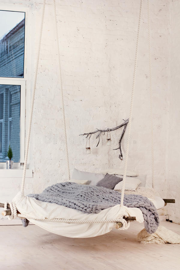 Łóżko, skandynawa styl, szara szkocka krata fotografia stock