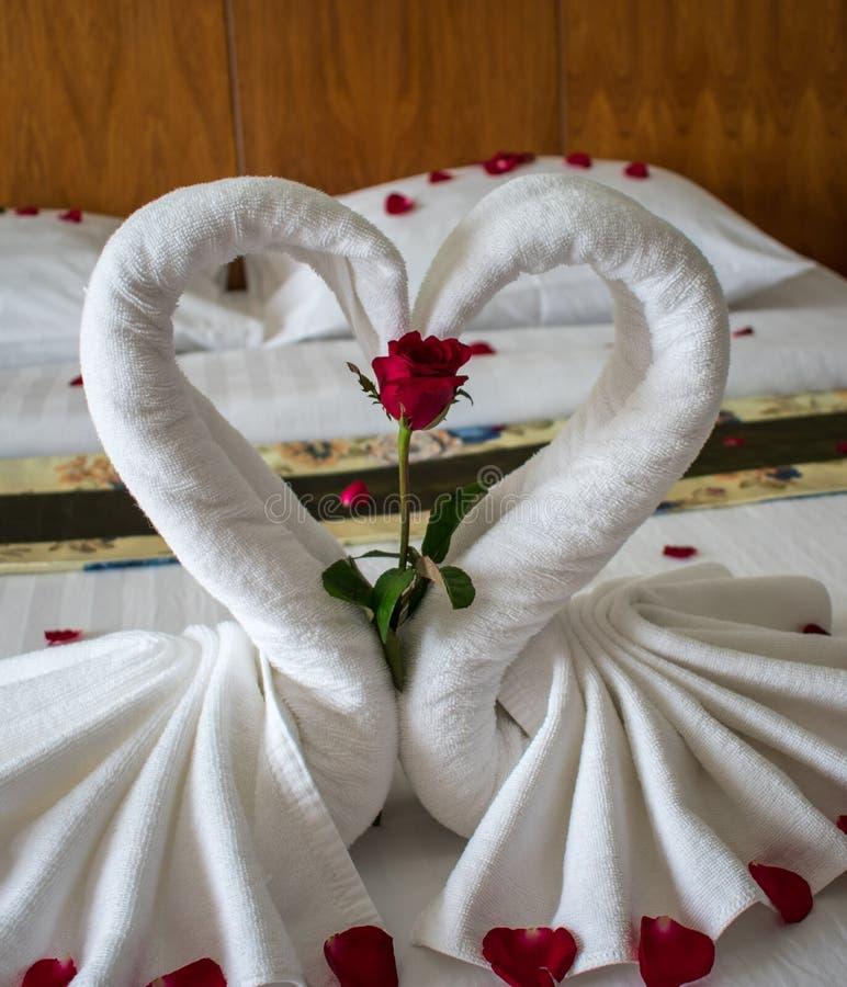 Łóżko w azjatykcim pokoju hotelowym dla kochanków zdjęcia stock