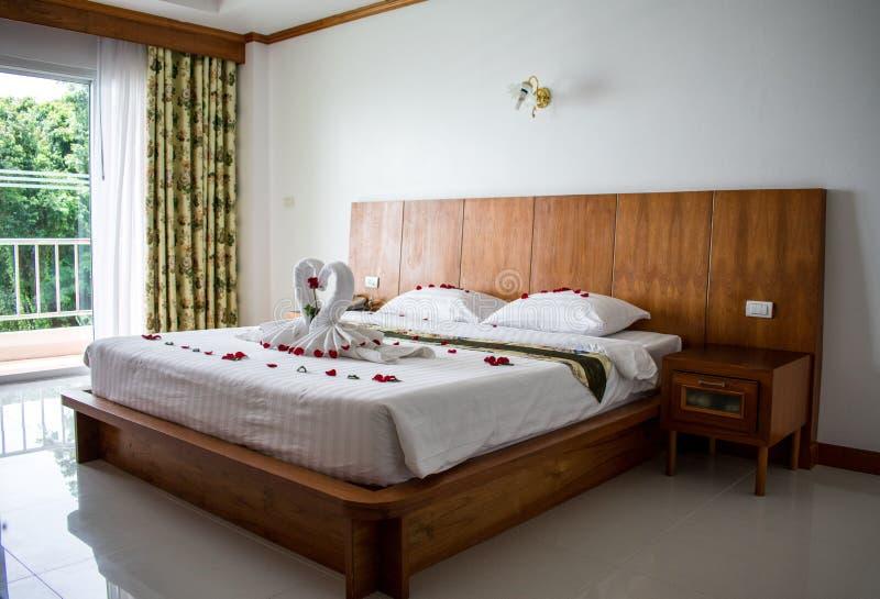Łóżko w azjatykcim pokoju hotelowym dla kochanków obrazy royalty free