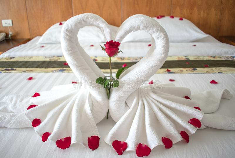 Łóżko w azjatykcim pokoju hotelowym dla kochanków obrazy stock