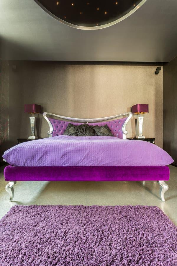 Łóżko w ekstrawaganckiej srebnej sypialni obraz stock